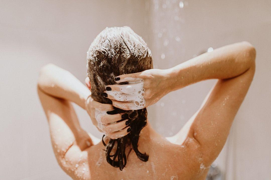 Cómo acabar con la caspa y con los problemas de irritación del cuero caballudo
